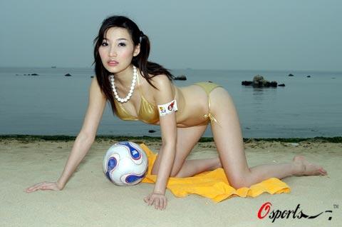图文 ayawawa三点写真助威世界杯足球沙滩加美女