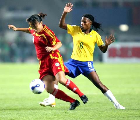 图文-[女足世界杯]中国VS巴西潘丽娜遭贴身逼抢