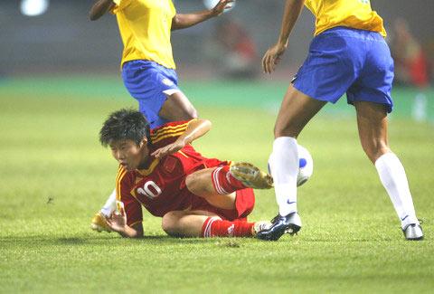 图文-[女足世界杯]中国VS巴西马晓旭拼抢中倒地