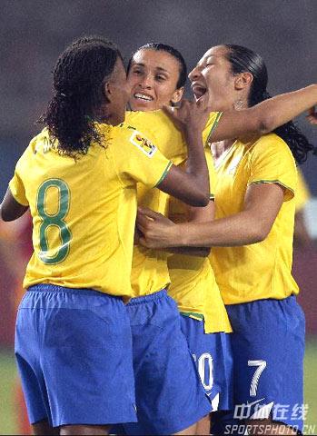 图文-[女足世界杯]中国VS巴西巴西姑娘拥抱庆祝
