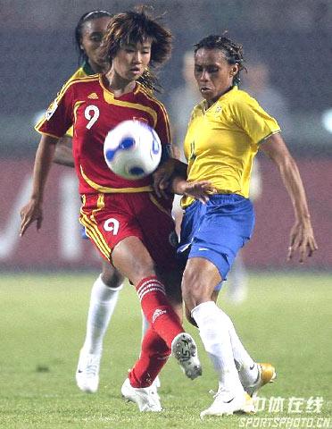 图文-[女足世界杯]中国VS巴西韩端对抗克里斯蒂安妮