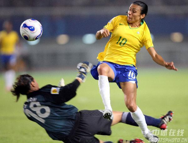 图文-[女足世界杯]中国0-4巴西玛塔挑球破门