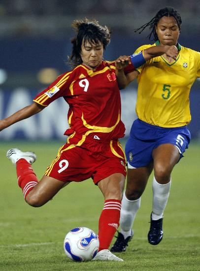 图文-[女足世界杯]中国0-4巴西韩端起脚射门