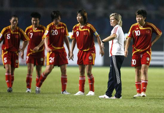 图文-[女足世界杯]中国0-4巴西多曼斯赛后召集队员