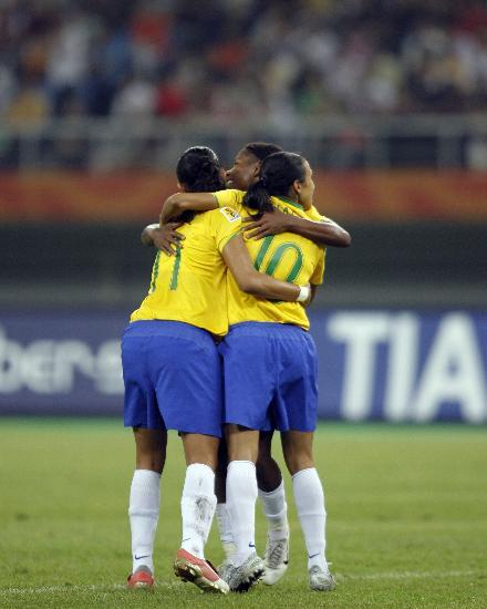 图文-巴西女足3-2淘汰澳大利亚姑娘们拥抱庆祝
