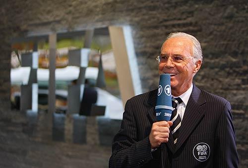 图文-2011年女足世界杯花落德国 贝肯鲍尔笑逐