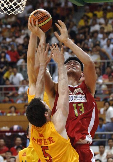图文-中国男篮69-56胜澳洲虎姚明在篮下势不可挡