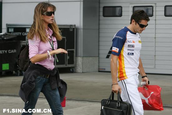 阿隆索左右雷诺三车手定位费斯切拉苦等车队决定