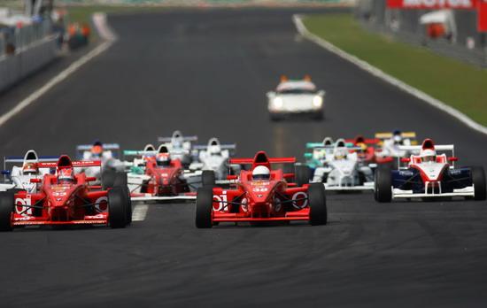 新浪体育讯 2007亚洲宝马方程式(Formula BMW Asia)于6月22日-24日在马来西亚雪邦赛道进行了赛季第二站5至8回合的比赛,亦作为超级GT系列赛(日本GT)的支援赛事。万里达车队马来西亚车手扎法尔独揽三个回合胜利,队友昆维尔得到另外一回合的胜利。赛事新秀杯的中国车手朱戴维在第六回合取得第五名。