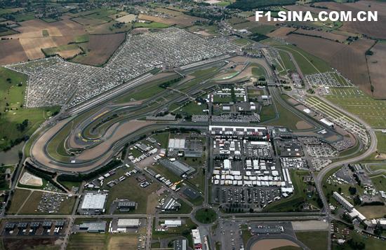 新浪体育讯 北京时间6月30日晚,F1法国站排位赛在马尼-库斯赛道结束。法拉利车队巴西车手马萨以1分15秒034的成绩获得杆位。迈凯轮车手汉密尔顿落后0.070秒屈居第二。芬兰车手莱科宁名列第三。世界冠军阿隆索在排位赛第三节赛车出现故障而放弃比赛。