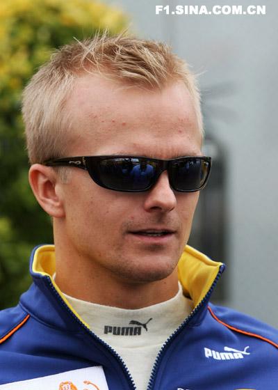 F1车手亮相银石赛道科瓦莱宁寸头提气