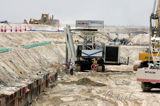 图文-建设中的阿布扎比F1赛道重型设备正在工作