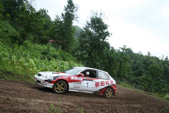 晴隆24道拐汽车爬坡赛 浙安车队王翔奋力前行高清图片