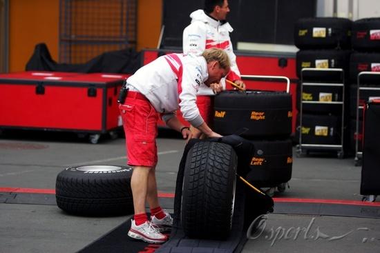 图文-F1欧洲大奖赛周四即景丰田工人套加温毯子