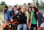 图文-红牛F1车队越野派对里尤兹被美女包围