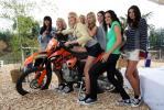 图文-红牛F1车队越野派对十位红牛美女玩飚车