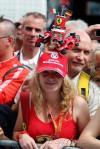 图文-F1欧洲站周四即景一位舒马赫的女车迷