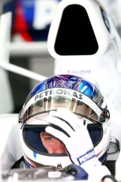 图文-F1欧洲站第二次练习赛尼克扣上护目镜准备出发