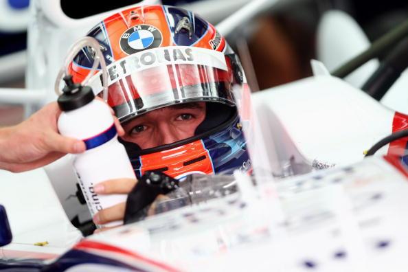 图文-F1欧洲站第二次练习赛库比卡赛前补充水分