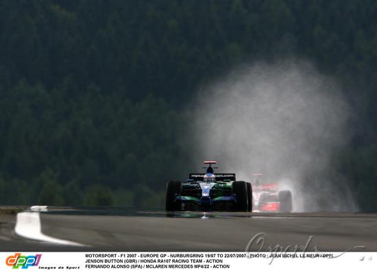 图文-F1欧洲站第二次练习比赛初段赛道仍有积水