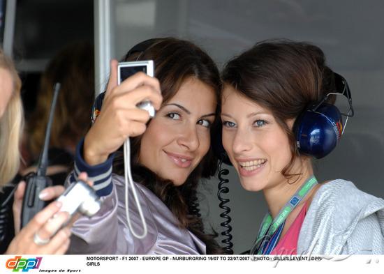 图文-F1欧洲站佳丽扫描两位红牛赛车女郎自拍