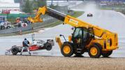 图文-暴雨袭击F1欧洲大奖赛汉密尔顿被吊回赛道