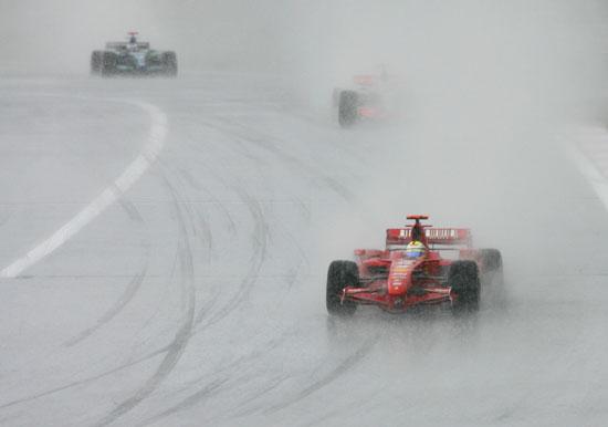 图文-暴雨袭击F1欧洲大奖赛马萨在暴雨中领头航行