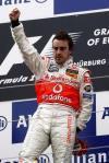 图文-F1欧洲大奖赛正赛阿隆索夺冠举单拳庆祝
