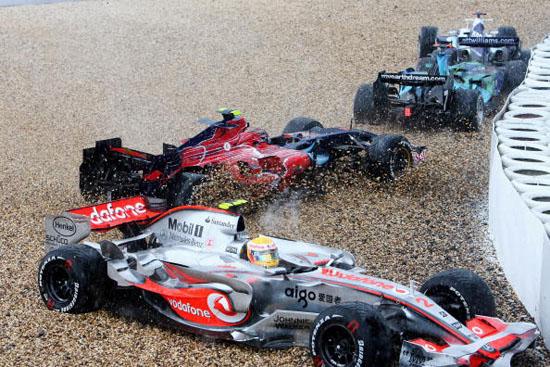 图文-F1欧洲站阿隆索夺冠四辆赛车陷入沙石中