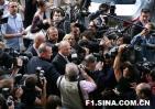 图文-法拉利间谍案听证会媒体围着丹尼斯拍摄