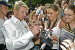 图文-哈基宁出席安全宣传活动哈基宁给女车迷们签名