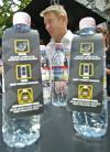 图文-哈基宁出席安全宣传活动注意矿泉水上面的标识