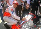 图文-F1车手抵达布达佩斯汉密尔顿在卡丁车上签名