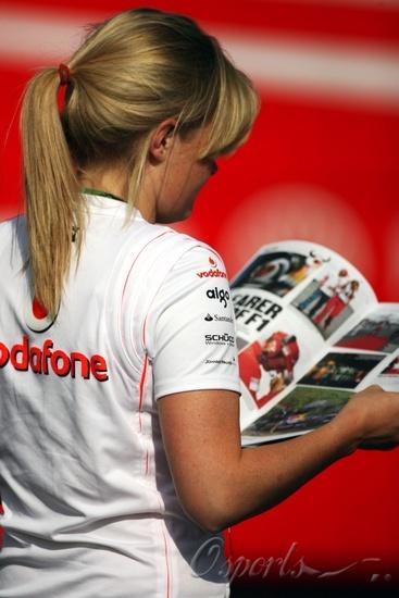 图文-F1匈牙利站美女出镜迈凯轮MM偷看红牛杂志