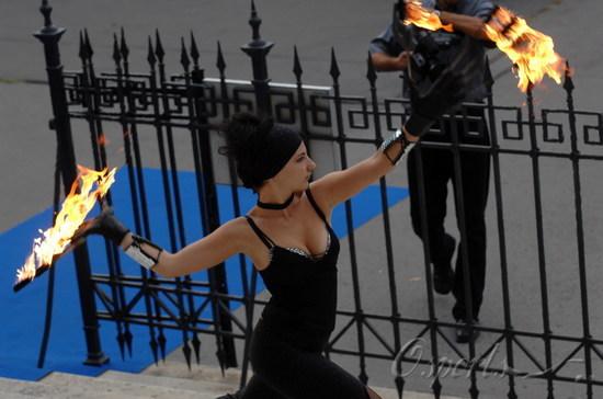 图文-F1匈牙利站美女出镜丰满女郎挥舞火把