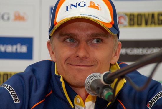 图文-雷诺与世爵车队荷兰路演科瓦莱宁接受采访