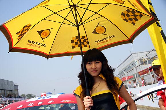 图文-全锦赛北京站赛车女郎邓禄普轮胎宝贝