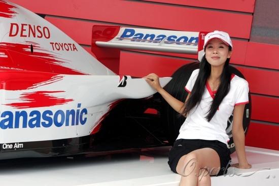 图文-F1中国大奖赛靓丽女郎妙龄女郎与丰田战车