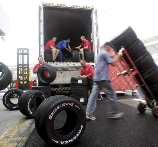 图文-F1车队备战2007收官站普利司通轮胎运抵营地