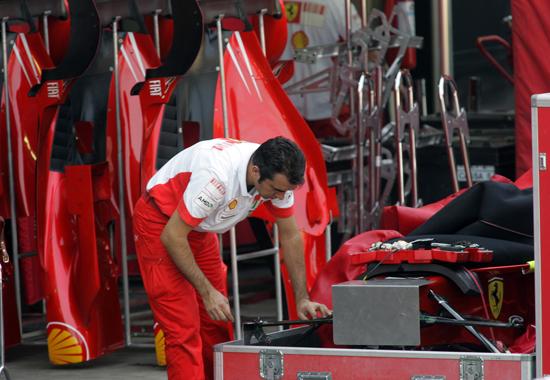图文-F1车队备战2007收官站法拉利技师拆开一具F2007
