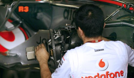 图文-F1车队备战2007收官站迈凯轮技师安装前悬挂