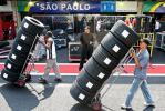 图文-F1车队备战2007收官站普利司通搬运轮胎