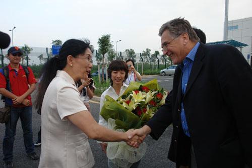 图文-F1摩托艇世锦赛深圳站国际摩联F1委员会主席抵达深圳(5)