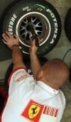 图文-F1车队备战2007收官站法拉利技师给轮胎排气