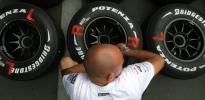 图文-F1车队备战2007收官站迈凯轮技师正在校队胎压