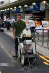 图文-F1车队备战2007收官站专业赛道工人切割PIT路面