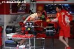 图文-F1车队备战2007收官站两位法拉利技师工作闲谈