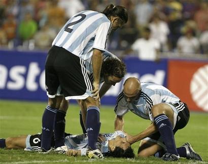 阿根廷场上现惊魂一幕国米拼命三郎后脑受创当场休克