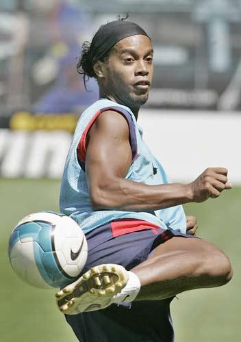 图文-巴萨继续训练备战下轮比赛小罗停球像跳桑巴