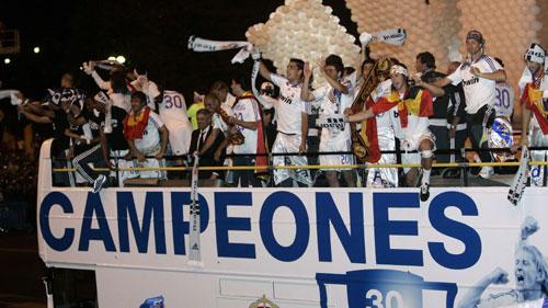 图文-皇马庆祝第30次西甲冠军球员球迷当街狂欢